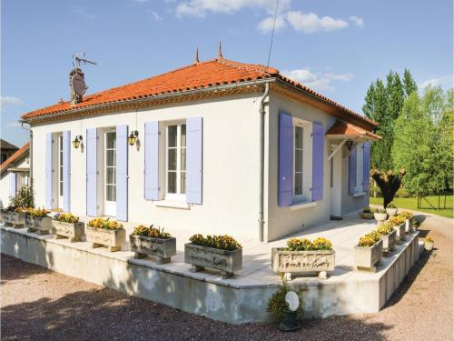 Three-Bedroom Holiday Home in Bassillac : Guest accommodation near Sainte-Marie-de-Chignac