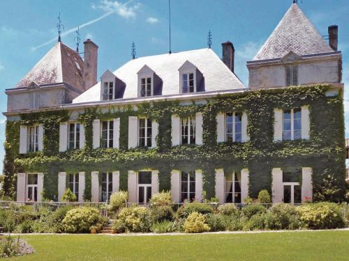 Holiday home Chateau Couteau : Guest accommodation near Saint-Quentin-de-Baron
