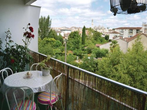 Two-Bedroom Apartment in Perigueux : Apartment near Cornille