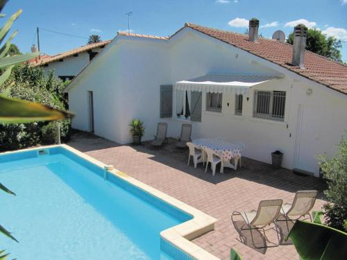 Four-Bedroom Holiday Home in Le Porge : Guest accommodation near Le Temple