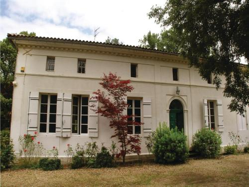 Thirteen-Bedroom Holiday Home in St. Medard de Mussidan : Guest accommodation near Saint-Martin-l'Astier