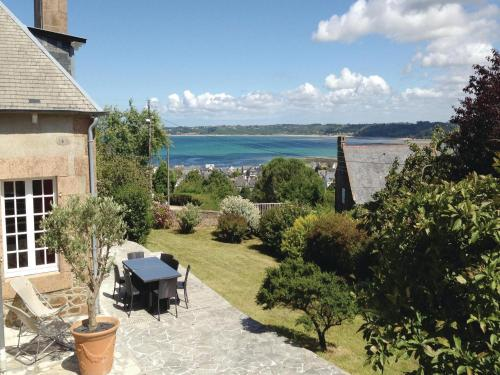 Four-Bedroom Holiday home Perros-Guirrec with a Fireplace 01 : Guest accommodation near Perros-Guirec