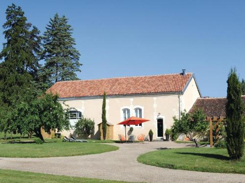 Three-Bedroom Holiday home with a Fireplace in Burie : Guest accommodation near Le Seure