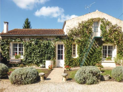 Two-Bedroom Holiday Home in Salles les Aulnay : Guest accommodation near Blanzay-sur-Boutonne