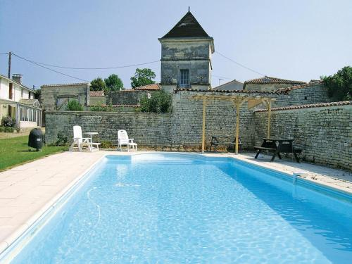 Holiday Home Neuvicq Le Chateau Rue Des Porches : Guest accommodation near Brie-sous-Matha