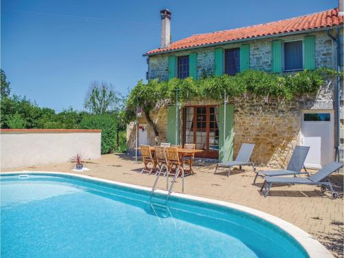 Holiday home St.Simon de Pellouaill with Outdoor Swimming Pool 376 : Guest accommodation near Jazennes
