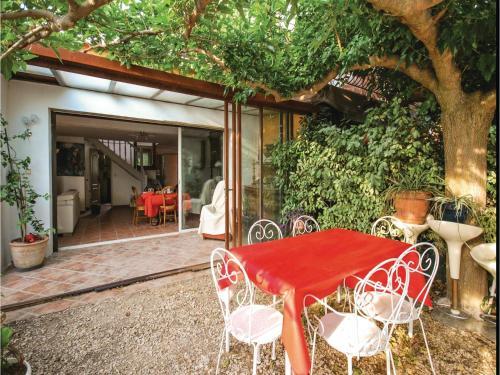 Two-Bedroom Apartment in La Cadiere D'Azur : Apartment near Le Castellet