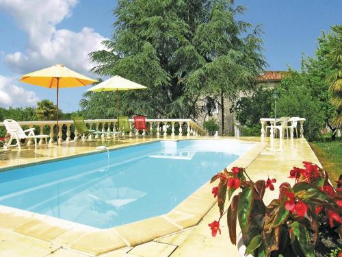 Holiday Home Logis De Cheneviere : Guest accommodation near Salles-Lavalette