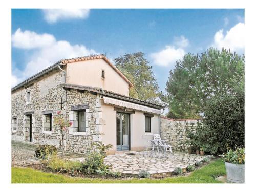 Holiday Home Nouaille Maupertuis Rue De Grand : Guest accommodation near Saint-Laurent-de-Jourdes