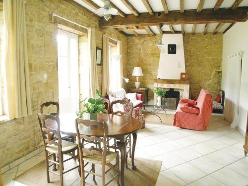 Holiday Home St. Jean Aux Amognes with a Fireplace 08 : Guest accommodation near Oulon