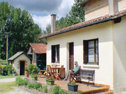 Holiday Home Charroux with Fireplace 07 : Guest accommodation near Linazay