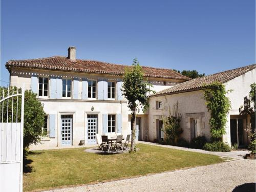 Four-Bedroom Holiday Home in Champmillon : Guest accommodation near Asnières-sur-Nouère