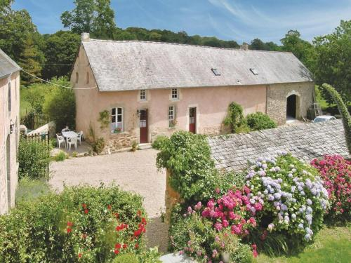 Holiday home Manoir De La Sainte : Guest accommodation near Saussemesnil