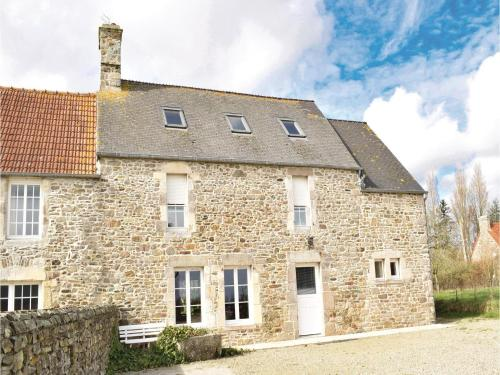 Holiday Home Quettehou Rue Du Buissonnet : Guest accommodation near Quettehou