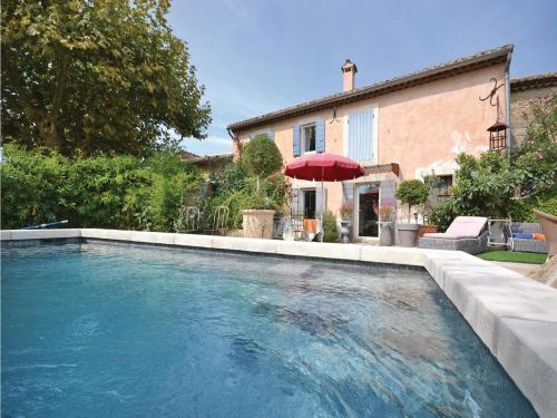 Holiday Home Cheval Blanc Chemin Du Milieu : Guest accommodation near Cheval-Blanc