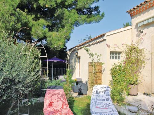 Holiday home Chateauneuf De Gadagne with Outdoor Swimming Pool 432 : Guest accommodation near Châteauneuf-de-Gadagne