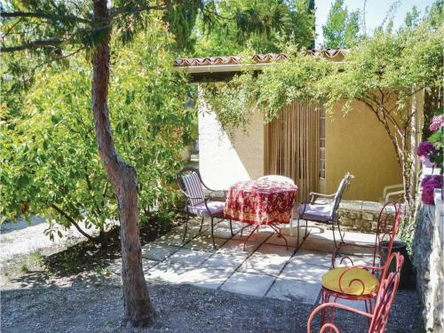One-Bedroom Holiday Home in Crillon le Brave : Guest accommodation near Saint-Pierre-de-Vassols