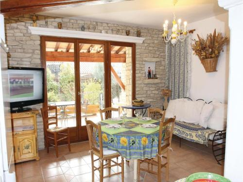 Six-Bedroom Holiday Home in Gordes : Guest accommodation near Cabrières-d'Avignon