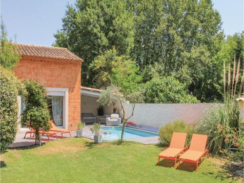 Three-Bedroom Holiday Home in Caumont sur Durance : Guest accommodation near Verquières