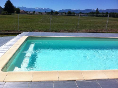 Gîte+Jacuzzi et Piscine face Pyrénées : Guest accommodation near Bénéjacq