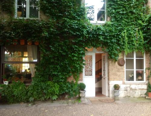 Chambres D'Hôtes La Villa Aliénor : Bed and Breakfast near Cahaignes