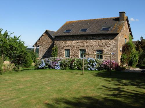Les Basses Besmes : Guest accommodation near Combourtillé