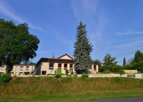 Logis Hotel Le Prieure : Hotel near Luant