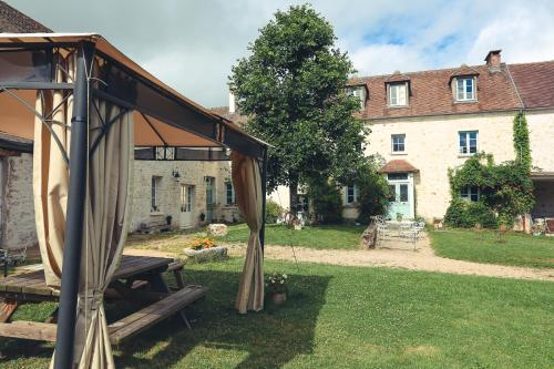 La petite Ferme : Bed and Breakfast near Guerville