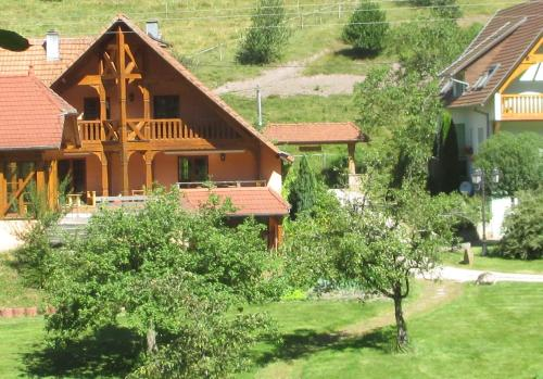 Les Gites La Cerisaie : Guest accommodation near Lalaye