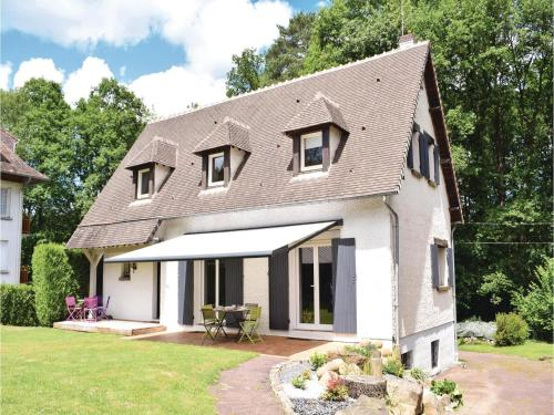 Four-Bedroom Holiday Home in Bagnoles de l'Orne : Guest accommodation near La Ferrière-aux-Étangs