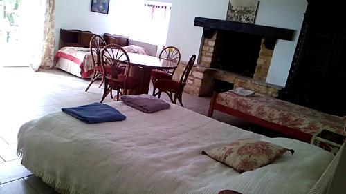 Chambres d'hôtes Les Meulières : Bed and Breakfast near Cénac-et-Saint-Julien