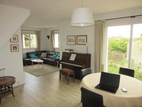 Maison en Provence la Fare les Oliviers : Guest accommodation near Coudoux