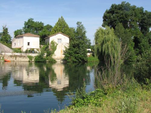 The Riverside Retreat-Le Pont De Vinade : Guest accommodation near Gensac-la-Pallue