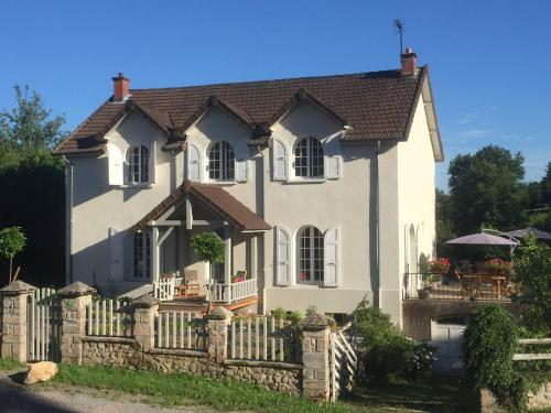 La Petite Bourgogne : Bed and Breakfast near Poil
