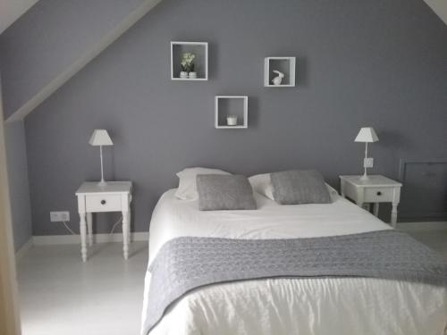 chambre et salon vidéo : Bed and Breakfast near La Marche