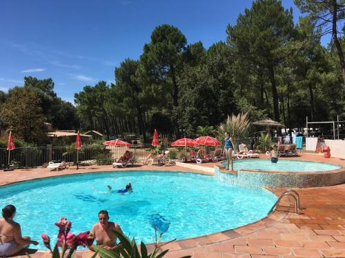 Camping la Simioune en Provence : Guest accommodation near Bollène