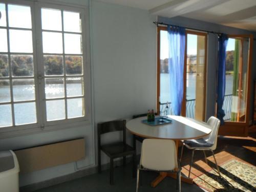 Maison de L`Etang : Apartment near Vallon-en-Sully