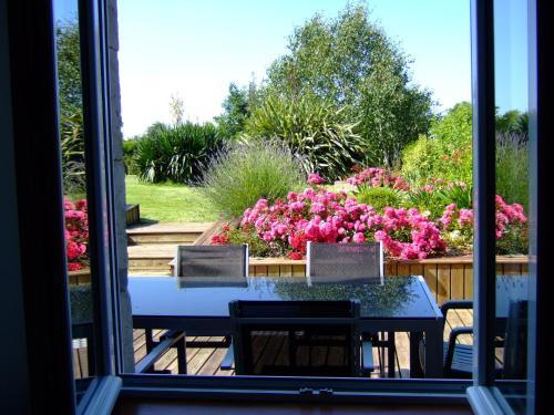 Le Dy en fleurs : Guest accommodation near Saint-Sauveur-de-Pierrepont