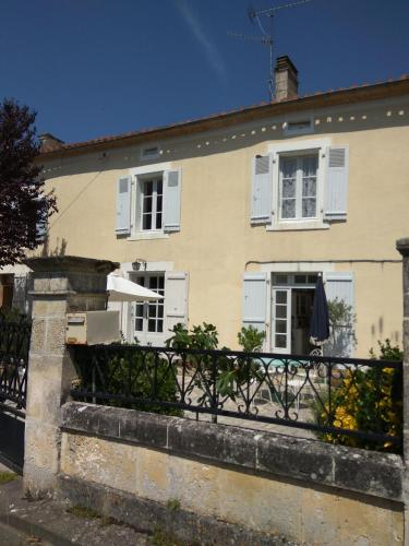 Le Cerisier : Guest accommodation near Gout-Rossignol