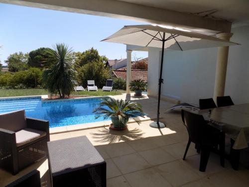 Villa coté piscine : Guest accommodation near Caux