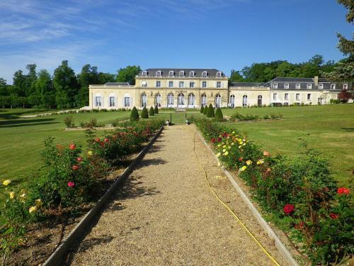 Le Château Du Val : Hotel near Le Mesnil-le-Roi