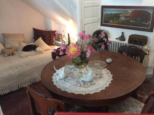 La chambre de la tour : Bed and Breakfast near Saint-Loup