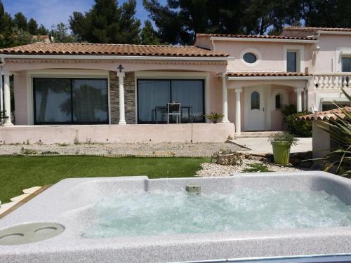 Holiday home Chemin de Cuges : Guest accommodation near Le Castellet