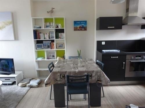 Apartment Appartement centre ville de type f2 situe au 3 etage : Apartment near Chanteloup