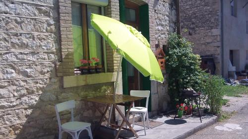 Maison de village. : Guest accommodation near Rossillon