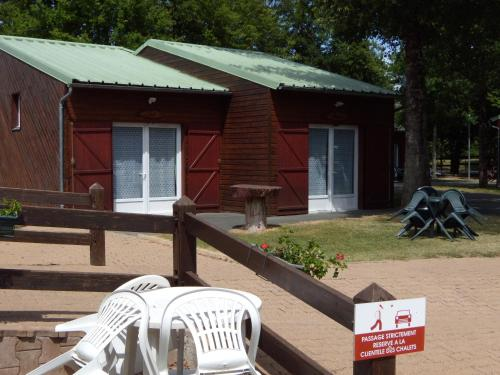 Les Chalets du Grand Recoin : Guest accommodation near Monthoiron