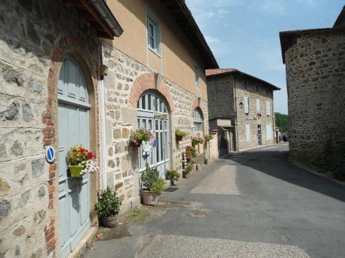 Chez Hélène et Patrick Saget : Bed and Breakfast near Nollieux