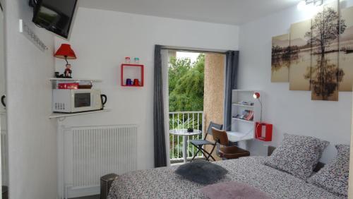 Chambre Avec Entrée Libre et Salle de Bain Privée : Guest accommodation near Menville