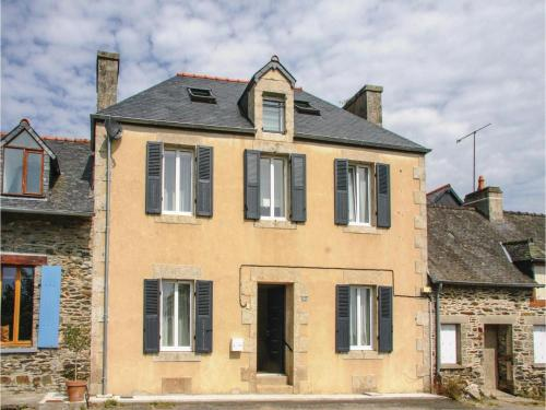 Four-Bedroom Holiday Home in Caurel : Guest accommodation near Saint-Gelven