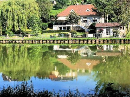 Villa Castel Danynou : Bed and Breakfast near Saint-Saulge
